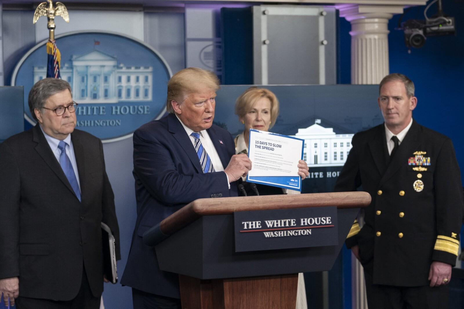 Белый дом выплатит американцам по $1 тыс. в течение трех недель