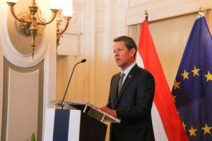 Президент США раскритиковал решение Губернатора Джорджии открыть предприятия сферы услуг